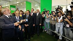 O Presidente da República, Luiz Inácio Lula da Silva brinca e ameaça jogar sapatos em jornalistas durante a abertura oficial da COUROMODA 2009, maior feira de calçados e acessórios de moda da América Latina, que acontece de 12 a 15 de janeiro, no Parque Anhembi, em São Paulo. FOTO: Jefferson Bernardes / Preview.com