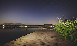 THEMENBILD - der Steg eines Seehauses unter Sternenklarem Himmel am Faakersee in der Nacht, aufgenommen am 20. Juni 2018 in Faak am See, Österreich // the pier of a lake house under a starry sky at Faakersee at night, Faak am See, Austria on 2018/06/20. EXPA Pictures © 2018, PhotoCredit: EXPA/ JFK