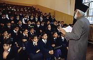United Kingdom. Birmingham. Dr. Noor, director of the Coventry Mosque in Birmingham, returns to the district schools (in this photo. Small Heat) in order to teach Islamic courses at the morning assembly.  Birmingham  UnitedKingdom     /  Le Dr. Noor, directeur de la mosquée Coventry à Birmingham, se rend dans les écoles du district - ici Small Beat - pour donner un enseignement islamique à 1'assemblée du matin.  Birmingham  Grande Bretagne