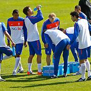 NLD/Katwijk/20100831 - Training Nederlands Elftal kwalificatie EK 2012, Klaas Jan Huntelaar drinkt water