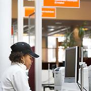 Nederland Rotterdam 26-03-2009 20090326 Foto: David Rozing ..Serie UWV, Serie UWV, allochtone vrouw bekijkt  vacatures. UWV Werkbedrijf lokatie Schiekade centrum Rotterdam, de vroegere arbeidsbureaus ( CWI UWV ) De werkloosheid in Nederland begint op te lopen. Dat blijkt uit de jongste cijfers die het Centraal Bureau voor de Statistiek (CBS) de oorzaak is de krediet crisis Holland, The Netherlands, dutch, Pays Bas, Europe,  , allochtoon, allochtone, vrouw, meid, jonge, jonge,  allochtonen, ..Foto: David Rozing