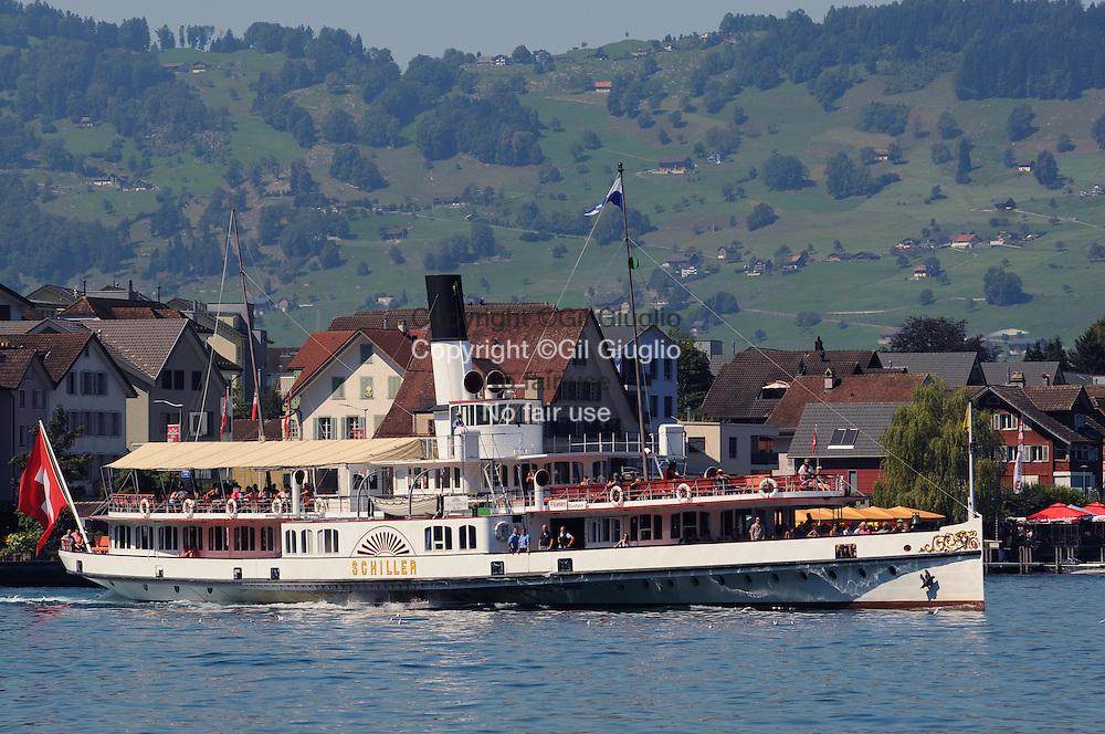 Suiise, canton de Lucerne, sur le lac des 4 Cantons au large du mont Bürgenstock à l'approche de Lucerne // Switzerland, Luzern canton, on Lake of 4 Cantons off Bürgenstock mount in arrival to Luzern