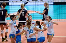 28-09-2015 NED: Volleyball European Championship Polen - Slovenie, Apeldoorn<br /> Polen wint met 3-0 van Slovenie / Marina Cvetanovic #15, Ziva Recek #11, Sara Hutinski #2