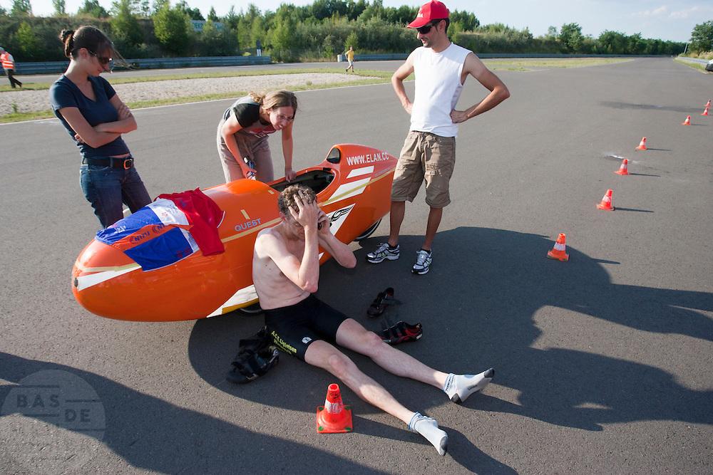 Tijdens een pitstop vanwege zere benen belt Hans Wessels met Nederland. Even later zou Hans de race opgeven.<br /> <br /> During a stop because of aching legs, Hans Wessels is making a phone call. Couple of hours later Hans will stop racing