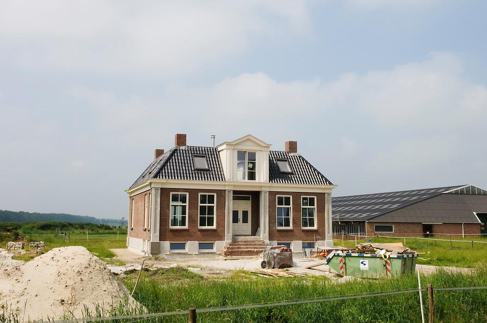 Nederland, Westerbork, 10 juni 2007.Statige, luxieuze boerderij in aanbouw. .Het zijn blijkbaar goede tijden voor de boeren in Drenthe, gezien deze kapitale villa die een boer op zijn erf laat neerzetten.. Foto (c) Michiel Wijnbergh.