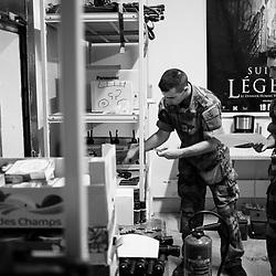 mercredi 3 aout 2016, 15h08, Ivry-sur-Seine. Dans ce local qui en temps normal, sert à la fois de stockage et de popote les chefs de sections viennent percevoir leurs radios et téléphones de service lors de la relève du RICM par le 28ème Régiment de Transmissions au fort d'Ivry. Sur la table à gauche l'armurier à préparé les différents éléments de la dotation individuelle de chaque militaire.