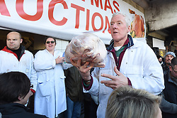 The Smithfield Market Meat Auction at Harts of Smithfield, Charterhouse St, London, Great Britain <br /> Auctioneer Greg Lawrence <br /> 24th December 2018 <br /> <br /> People bid for joints of meat on Christmas Eve