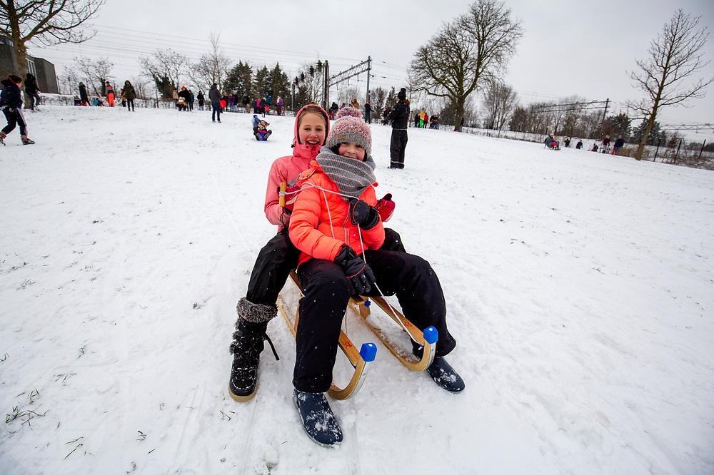 In Utrecht glijden kinderen van een heuvel in het Noordsepark. Nederland geniet van de eerste sneeuw sinds lange tijd.<br /> <br /> In Utrecht children sled from a hill. People in the Netherlands enjoy the first snow since years.