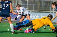 AMSTELVEEN - Kiki Gunneman (Pinoke) kan het schot van Pien Dicke (SCHC) niet keren tijdens de competitie hoofdklasse hockeywedstrijd dames, Pinoke-SCHC (1-8) . COPYRIGHT KOEN SUYK