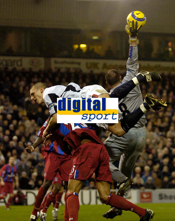 Fotball<br /> England 2004/2005<br /> Foto: SBI/Digitalsport<br /> NORWAY ONLY<br /> <br /> West Bromwich Albion v Crystal Palace<br /> Barclays Premiership. 01/02/2005.<br /> West Brom's Darren Purse (middle) falls over Palace's Fitz Hall (bottom) as Gabor Kiraly reaches up to make a save.