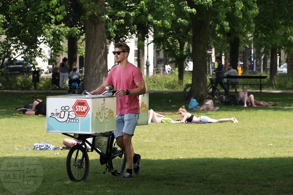 In park Lepelenburg in Utrecht loopt een man met de IJsfiets, een omgebouwde fiets waarmee hij ambachtelijk gemaakt schepijs verkoopt.<br /> <br /> In park Lepelenburg in Utrecht a man is walking with the IJsfiets (ice cream bike), a custom bike to sell artisan made ice cream.