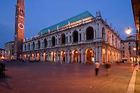 BASILICA PALLADIANA (architetto Andrea Palladio 1549) E PIAZZA DEI SIGNORI, VICENZA, VENETO, ITALIA