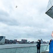 NLD/Amsterdam/20190314  - Koning bij viering 100 jaar Luchtvaart  in Nederland, Koning Willem Alexander bekijkt de Fly By