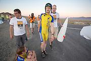 Een vermoeide Jan-Marcel van Dijken wordt na zijn race door Thomas van Schaik geholpen op de derde racedag van het WHPSC.  Er wordt vooral geschuurd en gepolijst. In de buurt van Battle Mountain, Nevada, strijden van 10 tot en met 15 september 2012 verschillende teams om het wereldrecord fietsen tijdens de World Human Powered Speed Challenge. Het huidige record is 133 km/h. <br /> <br /> An exhausted Jan-Marcel van Dijken is assisted by Thomas van Schaik after riding on the third racing day of the WHPSC. Near Battle Mountain, Nevada, several teams are trying to set a new world record cycling at the World Human Powered Speed Challenge from Sept. 10th till Sept. 15th. The current record is 133 km/h.