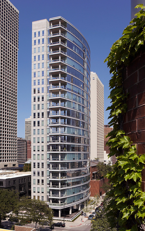 30 W. Oak Street, Chicago Building in the Gold Coast by Dearborn St., residential condominium designed by Booth Hanson Architects and developed by Smithfield Properties.