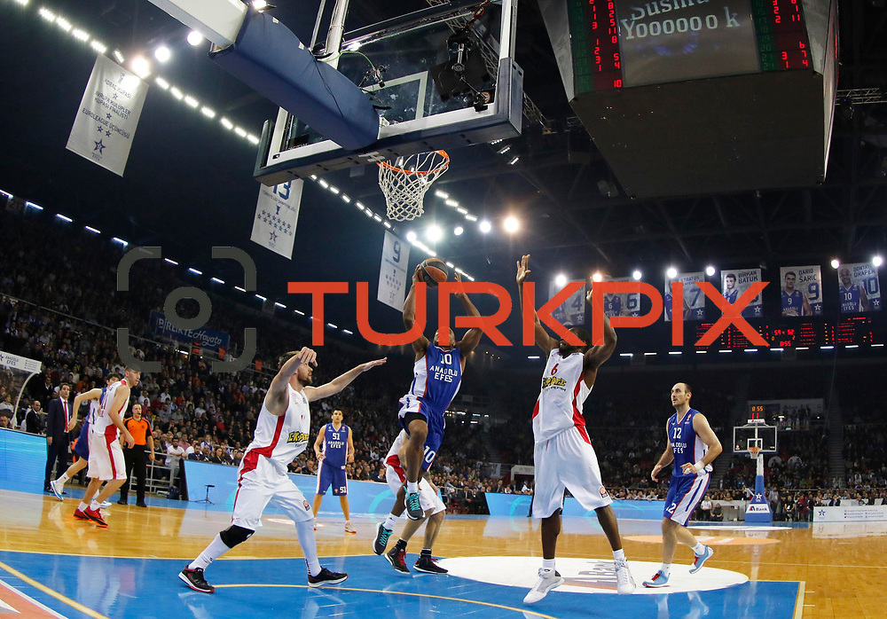 Anadolu Efes's Dontaye Draper (C) and Olympiacos Piraeus's Bryant Dunston (2ndR) during their Turkish Airlines Euroleague Basketball Top 16 Round 5 match Anadolu Efes between Olympiacos Piraeus at Abdi ipekci arena in Istanbul, Turkey, Thursday January 29, 2015. Photo by Aykut AKICI/TURKPIX