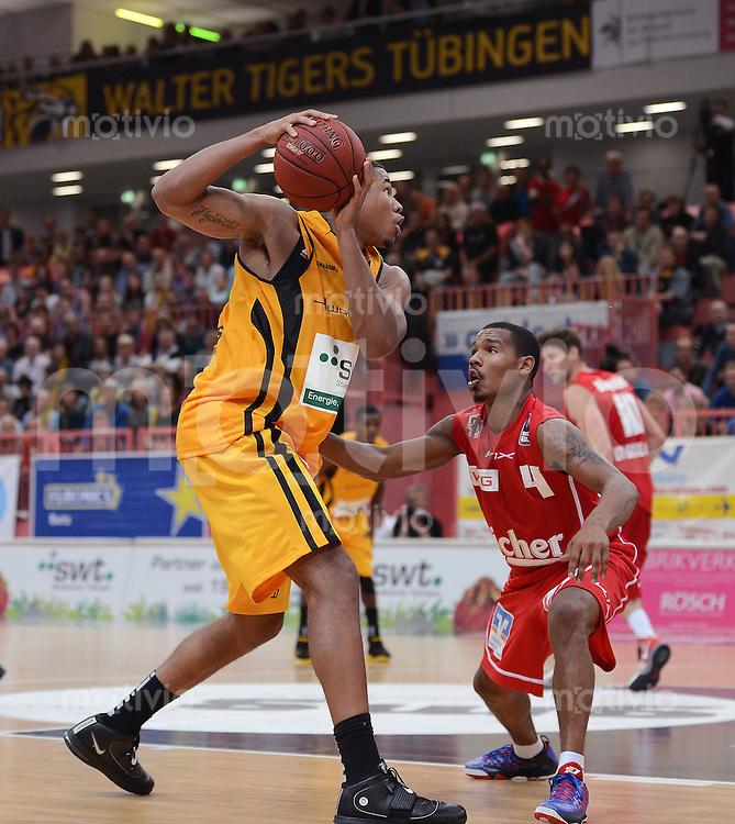 Basketball 1. Bundesliga   2012/2013  20.10.2012 Walter Tigers Tuebingen - LTi Giessen 46ers Tyrone Nash (li, Tigers) gegen Dijuan Harris (Giessen)