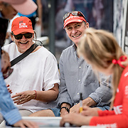 © Maria Muina I MAPFRE. Sophie Ciszek firma posters en la base del MAPFRE del Race Village de Auckland. Sophie Ciszek signing posters at the base of MAPFRE in the Race Village of Auckland.