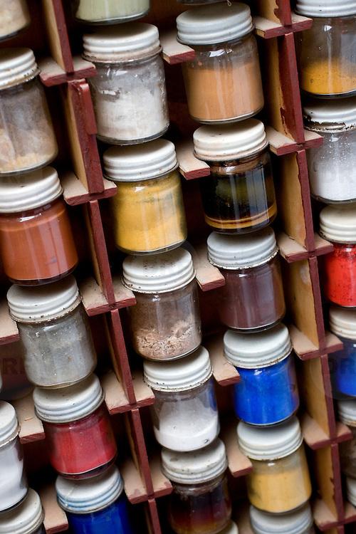 Nederland Dordrecht 24 september 2008 20080924 Foto: David Rozing ..Serie veiligheidsinspectie VROM verfbedrijven Dordrecht, illustratief beeld bij verfhandel: kleur extracten voor verf/ oude pigmenten  ..Foto David Rozing