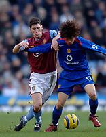 Photo: Glyn Thomas.<br />Aston Villa v Manchester United. The Barclays Premiership.<br />17/12/2005.<br />Aston Villa's Gareth Barry (L) battles for the ball with Park Ji-Sung.