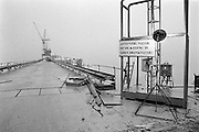 Nederland, Zeeland, 15-1-1986..De hoogwaterkering, stormvloedkering, oosterscheldekering in de oosterschelde in de eindfase voor de oplevering. In oktober zal de opening, ingebruikname plaatsvinden...Foto: Flip Franssen/Hollandse Hoogte