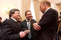 07 JAN 2004, BERLIN/GERMANY:<br /> Reinhard Buetikofer, B90/Gruene, Bundesvorsitzender, Frank Bsirske (M), Vorsitzender ver.de, und Juergen Trittin (R), B90/Gruene, Bundesumweltminister,  im Gespraech, Neujahrsempfang des Bundespraaesidenten, Schloss Bellevue<br /> IMAGE: 20040107-01-046<br /> KEYWORDS: Empfang, Neujahr, Jürgen Trittin, Gespräch, Reinhard Bütikofer