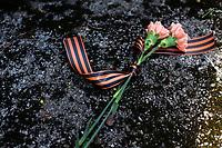 Bialystok, 09.05.2021. Obchody Dnia Pobiedy - Dnia Zwyciestwa w 76. rocznice zakonczenia II wojny swiatowej, zorganizowane przez Rosyjskie Stowarzysznie Kulturalno-Oswiatowe w Polsce (RSKO). Dzien Pobiedy jest obchodzony w rocznice zwyciestwa nad faszyzmem i zakonczenia 2. Wojny Swiatowej w Europie. W Europie Zachodniej to swieto obchodzi sie 8 maja a w Rosji 9 maja. N/z wiazanka kwiatow z wstazka sw. Jerzego - symbolem obchodow Dnia Pobiedy fot Michal Kosc / AGENCJA WSCHOD