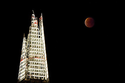© Licensed to London News Pictures. 28/09/2015. London, UK. A supermoon is seen during a lunar eclipse with The Shard in London on Monday, 28 September 2015. Photo credit: Tolga Akmen/LNP
