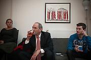 Job Cohen drinkt thee tijdens een huisbezoek in Utrecht. Cohen voert samen met Marleen Barth en Bert de Vries campagne in Utrecht voor de Provinciale Statenverkiezingen.<br /> <br /> Job Cohen, leader of the Dutch Labour Party PvdA, is drinking tea, while he is discussing with young voters. Cohen is campaigning for the next elections.
