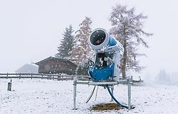 THEMENBILD - eine Schneekanone bei starkem Schneefall, aufgenommen am 12. November 2019 in Kaprun, Oesterreich // a snow gunon a slope in Kaprun, Austria on 2019/11/12. EXPA Pictures © 2019, PhotoCredit: EXPA/ JFK