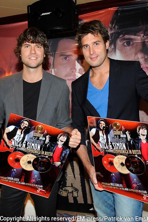 Nick & Simon Symphonica in Rosso CD/DVD presentatie in Hotel Old Dutch, Volendam.<br /> <br /> Op de foto: <br />  Nick & Simon met een gouden award voor de verkoop van meer dan 25.000 stuks.