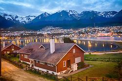 Área residencial de Ushuaia vista a partir do porto com Cordilheira dos Andes ao fundo. FOTO: Jefferson Bernardes/ Agência Preview