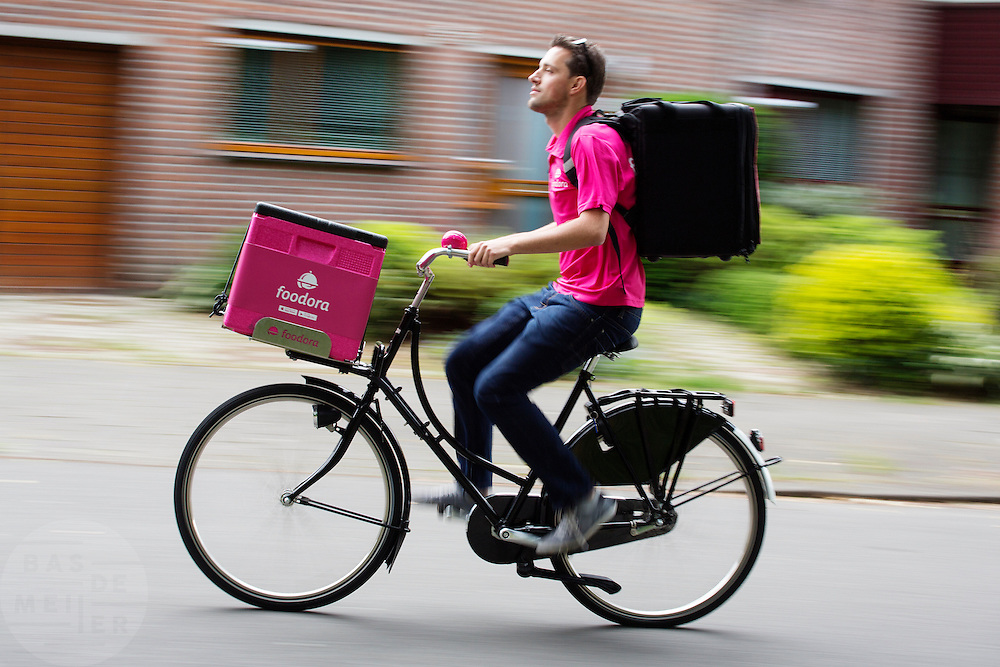 In Utrecht fietst Michel voor Foodora. Foodora is een bezorgdienst voor restaurants en cateringbedrijven en richt zich met name op kwaliteitsrestaurants. De bezorgers, drivers genaamd, rijden doorgaans op hun eigen fiets. De dienst bestaat sinds 2015 in Nederland, sinds maart 2016 rijden de bezorgers ook in Utrecht en Den Haag. Foodora is bedacht door Rocket International, de Duitse investeerder die ook verantwoordelijk is voor Zalando en HelloFresh.<br /> <br /> In Utrecht cyclist Michel rides for Foodora. Foodora is a delivery service for restaurants and catering firms and focuses on quality restaurants. The bike messengers usually ride on their own bike. In The Netherlands the service started in 2015. Foodora was invented by Rocket International, the German investor who is also responsible for Zalando and Hello Fresh.