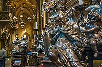 Prague, la ville aux mille tours et mille clochers, n'a pas seulement inspire Andre Breton et les surrealistes. Chaque annee, la belle Tcheque seduit des millions d'admirateurs du monde entier. Monuments, façades et statues racontent une histoire mouvementee ou planent les ombres du Golem, de Mucha ou de Kafka.<br /> Depuis 1992, le centre ville historique est inscrit sur la liste du patrimoine mondial par l'UNESCO<br /> Le chateau de Prague a ete fondé vers 880 par le Prince Borivoj de la Dynastie Premyslid. Selon le Guinness, il est le plus grand château du monde, avec une zone couvrant presque 70,000 m².