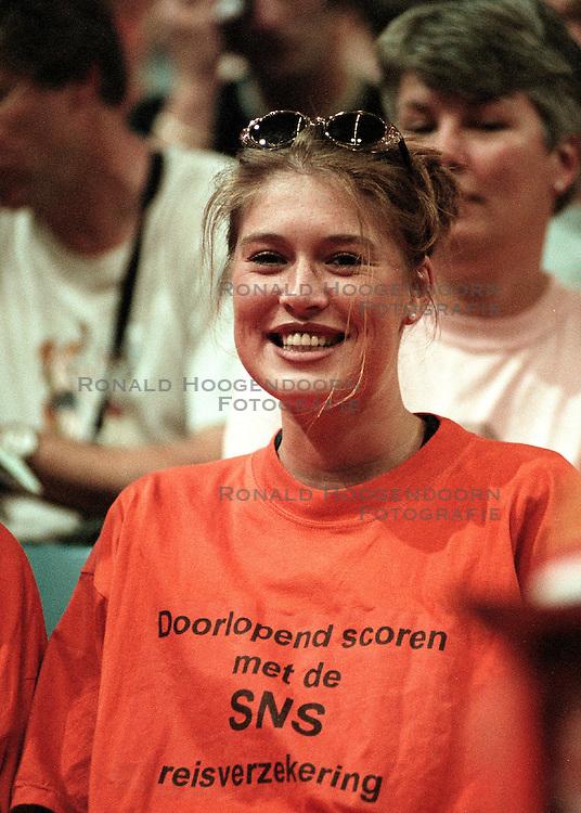 27-06-1998 VOLLEYBAL: WORLD LEAGUE: NEDERLAND - ARGENTINIE: EINDHOVEN<br /> Oranje support toeschouwers SNS<br /> ©1998-WWW.FOTOHOOGENDOORN.NL