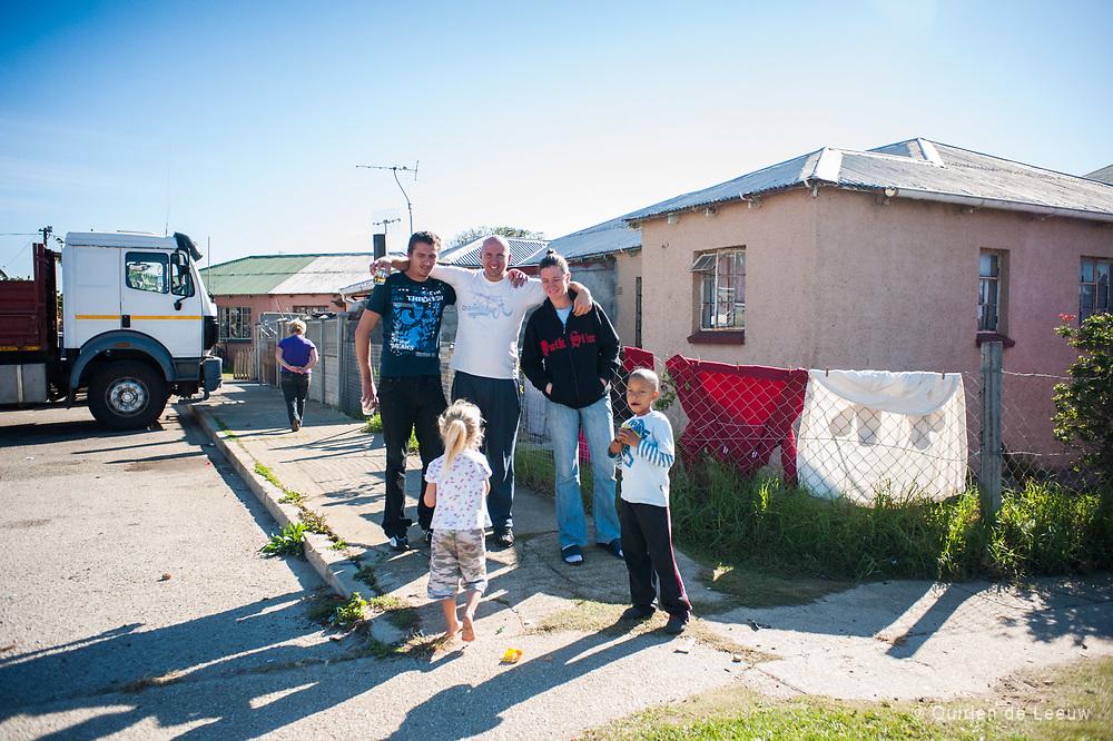 Familie poseert voor hun huis, Port Elizabeth