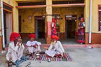 Inde, Rajasthan, village de Meda dans les environs de Jodhpur, population Rabari, tea time // India, Rajasthan, Meda village around Jodhpur, Rabari ethnic group, tea time