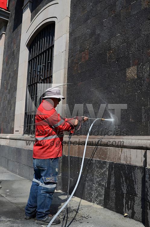 Toluca, México.- Trabajadores del Ayuntamiento, quitan pintas y grafitis de edificios del centro histórico de Toluca a base de presión de con agua mezclado con sustancias químicas. Agencia MVT / Arturo Hernández S.