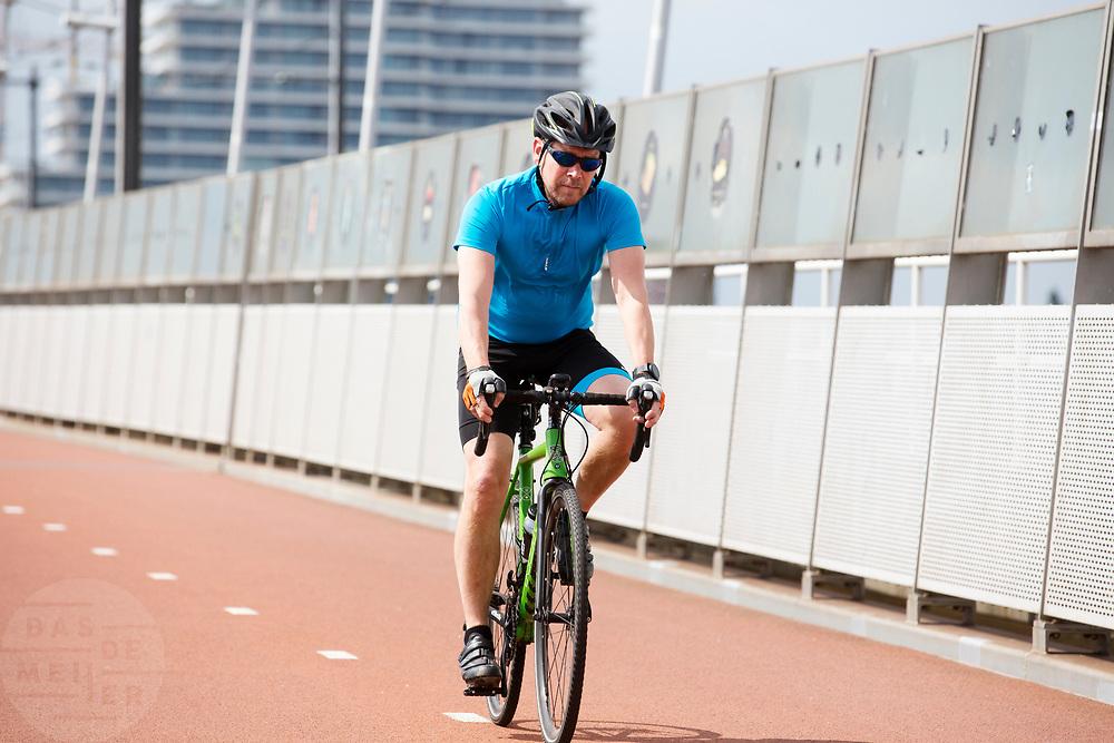 In Nijmegen rijdt een racefietser over de Snelbinder, de fietsbrug tussen Nijmegen en Lent.<br /> <br /> In Nijmegen cyclists ride at the bridge over the river Waal.