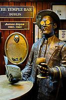 République d'Irlande, Dublin, quartier de Temple Bar, le Pub Temple Bar, statue de James Joyce // Republic of Ireland; Dublin, the touristic Temple Bar area, the Temple Bar pub, James Joyce statue