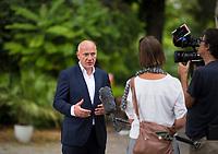 DEU, Deutschland, Germany, Berlin, 19.08.2021: Kai Wegner, Kandidat der Berliner CDU für das Amt des Regierenden Bürgermeisters von Berlin, auf seiner Wahlkampftour in Schmargendorf während eines Interviews.