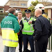 NLD/Huizen/20061106 - Hoofdgasleiding kapot gestoten bouwterrein de Hoftuinen Aristoteleslaan Huizen, overleg brandweer, gemeente Huizen en politie over een eventuele ontruiming