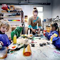 Nederland, Amsterdam , 21 november 2013.<br /> Creatief uurtje bij kinderopvang Kleinlab in Amsterdam Noord.<br /> Opvang is nieuw: kind als kleine onderzoeker<br /> Foto:Jean-Pierre Jans