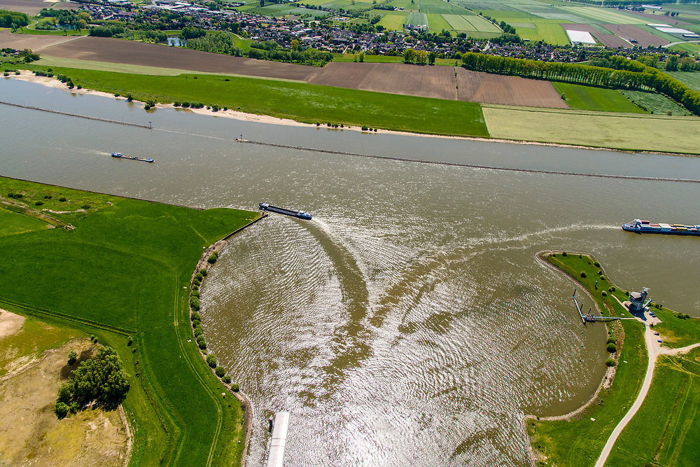 Nederland, Gelderland, Tiel, 13-05-2019; zwaaikommen bij ingang Amsterdam-Rijnkanaal<br /> naar Prins Bernhard Sluis. Rivier de Waal.<br /> Entrance Amsterdam-Rhine channel, winding place.<br /> luchtfoto (toeslag op standard tarieven);<br /> aerial photo (additional fee required);<br /> copyright foto/photo Siebe Swart