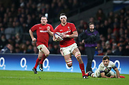 Aaron Shingler of Wales, with bloodied face makes a break towards the try line in the 2nd half. England v Wales, NatWest 6 nations 2018 championship match at Twickenham Stadium in Middlesex, England on Saturday 10th February 2018.<br /> pic by Andrew Orchard, Andrew Orchard sports photography