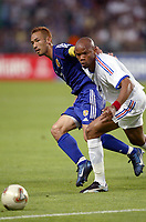 FOOTBALL - CONFEDERATIONS CUP 2003 - GROUP A - FRANKRIKE v JAPAN - 030620 - HIDETOSHI NAKATA (JAP) / JEAN-ALAIN BOUMSONG (FRA)- PHOTO GUY JEFFROY / DIGITALSPORT