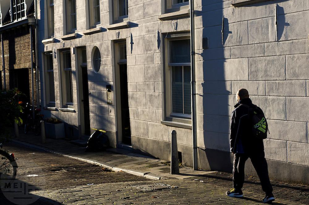 Een man loopt in Utrecht in de herfstzon.<br /> <br /> A man is walking in Utrecht.