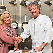 SVH Meesterkok Lucas Rive opent samen met zijn vrouw Deborah restaurant Lucas Rive in Hoorn. Lucas nam december 2012 afscheid als chef de cuisine van De Bokkedoorns, waar hij het restaurant naar twee sterren Michelin kookte en dit tot en met zijn afscheid, tweeëntwintig jaar lang, prolongeerde. In totaal was Lucas zevenentwintig jaar werkzaam bij De Bokkedoorns. Lucas en Deborah zijn per 1 juni de nieuwe exploitanten van wat nu nog restaurant De Hoornse Kogge heet. Restaurant Lucas Rive is gelegen aan de Oude Doelenkade 7 te 1621 AP Hoorn, met zicht op de Binnenhaven. Op de foto ondertekent Lucas samen met de directrice van de hotel- kokschool ROC Amsterdam een contract waarmee hij zich verbindt aan de school.