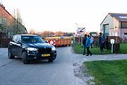 Een nederlandse automobilist keert om nadat de Belgische gemeente Hoogstraten sluiproutes naar Nederland heeft afgesloten wegens de Corona Lockdown.