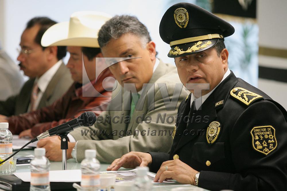 Toluca, Mex.- Hector Jimenez Baca (centro), Comisionado de la Agencia de Seguridad Estatal (ASE), Rogelio Cortez Cruz (der), director general de operaciones y el diputado local Hector E. Velazco Monroy, durante una conferencia de prensa donde dieron a conocer el resultado de diversos operativos contra el delito de Abigeato en la region norte de la entidad. Agencia MVT / Mario Vazquez de la Torre. (DIGITAL)<br /> <br /> <br /> <br /> <br /> <br /> <br /> <br /> NO ARCHIVAR - NO ARCHIVE